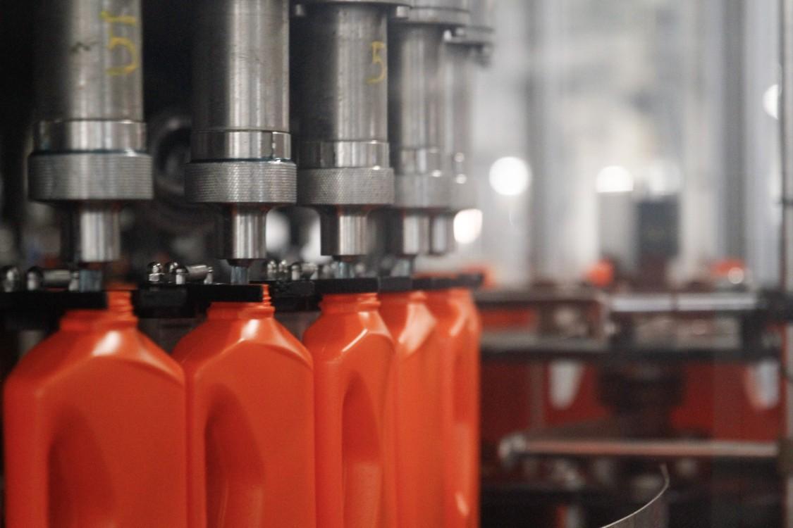 Al llenar las botellas de detergente, se controla automáticamente la cantidad correcta de llenado así como la presión del mismo.