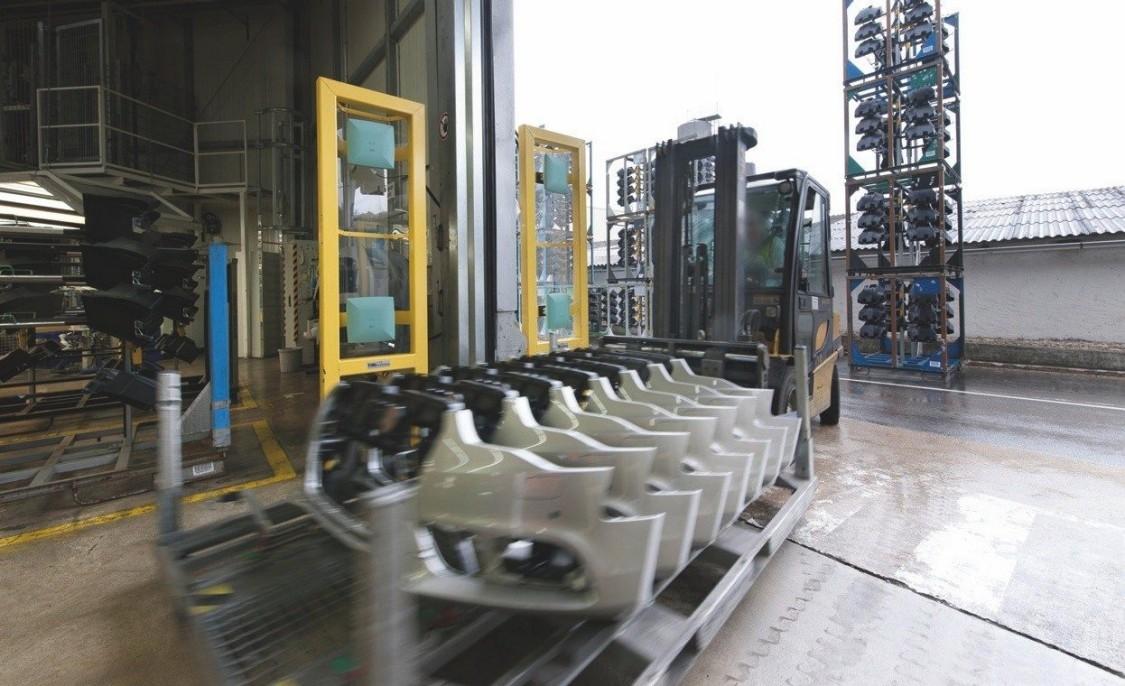 Vozík nosící část aut s technologií identifikačních systémů ve spojení s cloudem