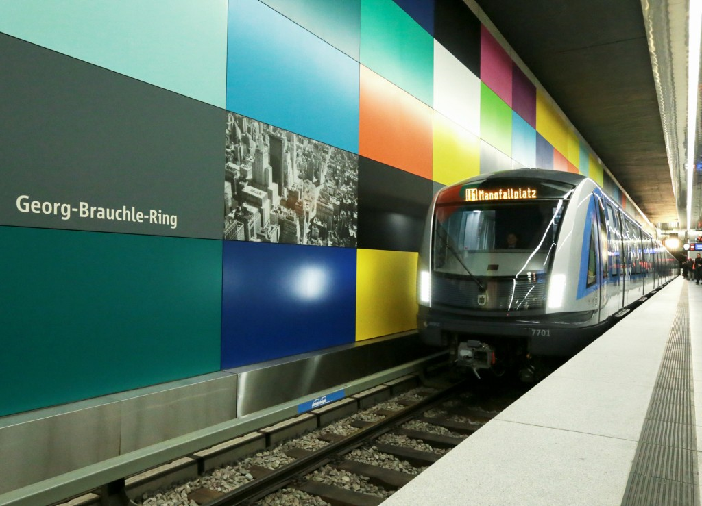 Public unveiling of first Munich C2 metro train