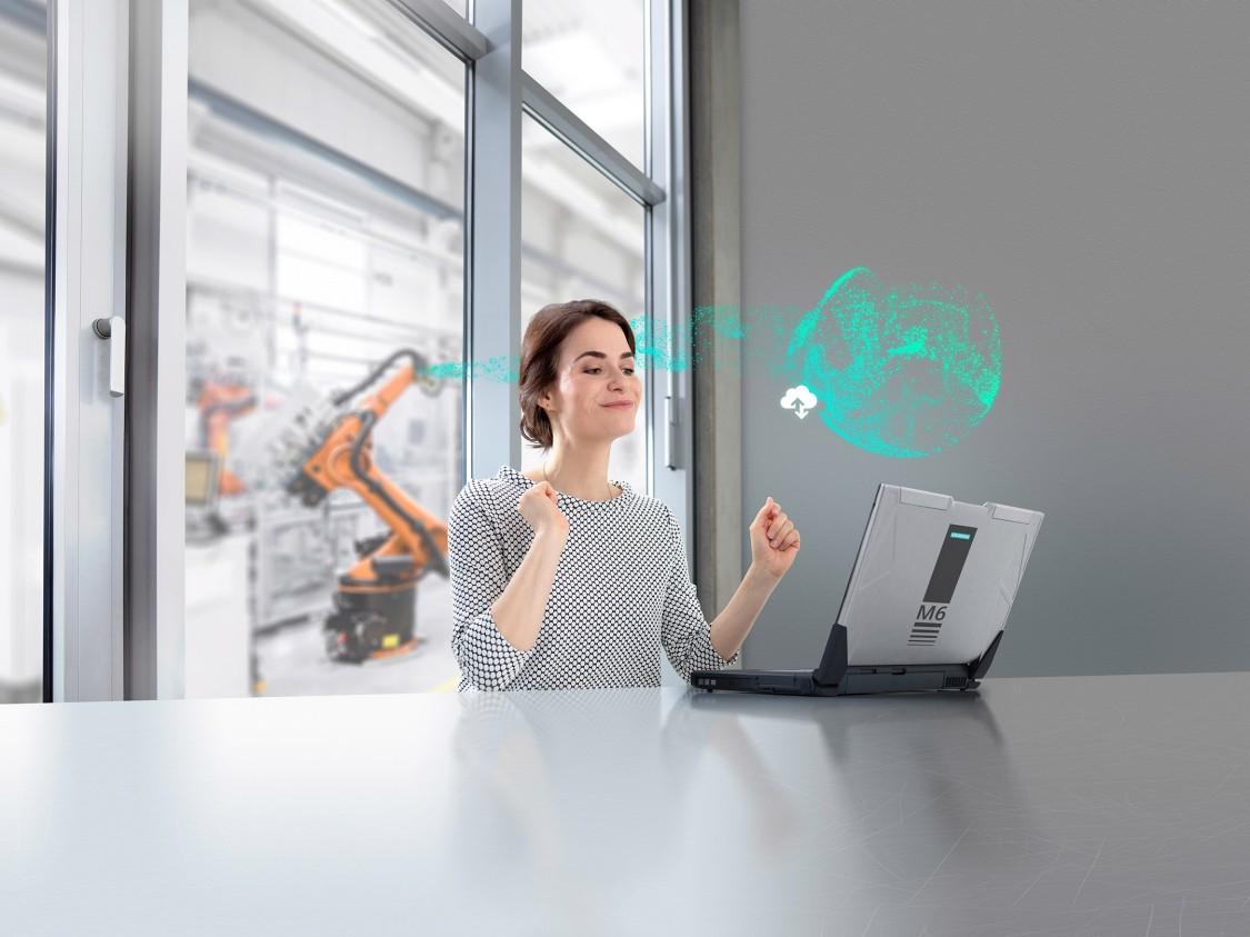 Pracovnice v továrně ovládající počítač s grafickými prvky digitalizační technologie CloudConnect