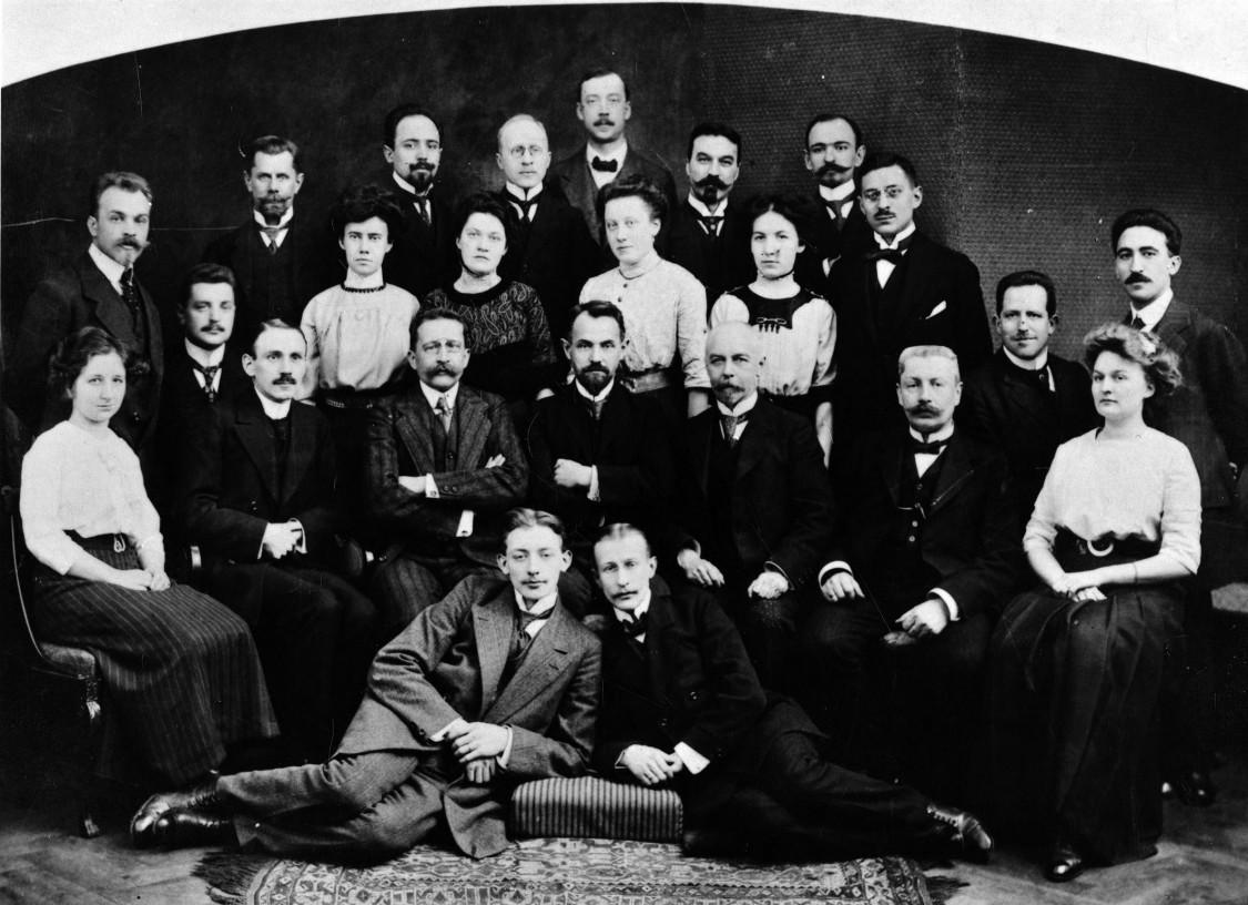 Wichtige Persönlichkeit für das russische Siemens-Geschäft – Leonid Krasin (Bildmitte), umgeben von Mitarbeitern, um 1909