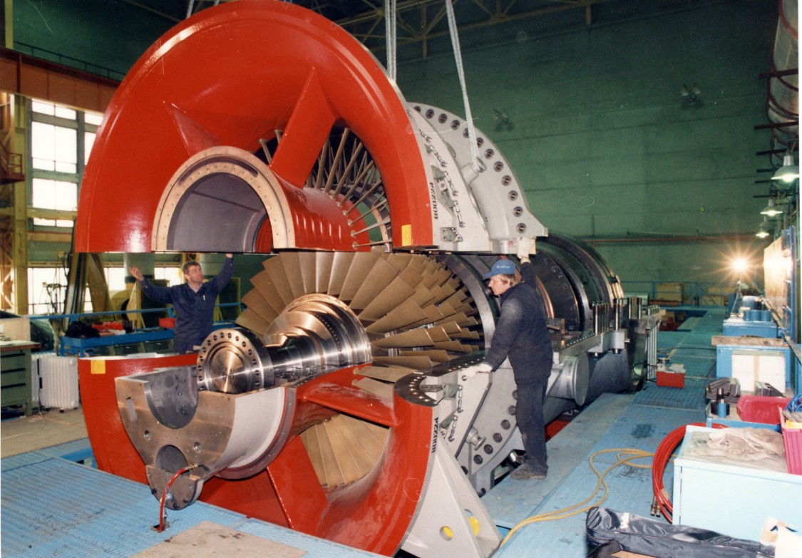 Frühe Technologiekooperation – die erste für den ausländischen Markt gefertigte Gasturbine von Interturbo wird in millimetergenauer Maßarbeit zusammengesetzt, 1994