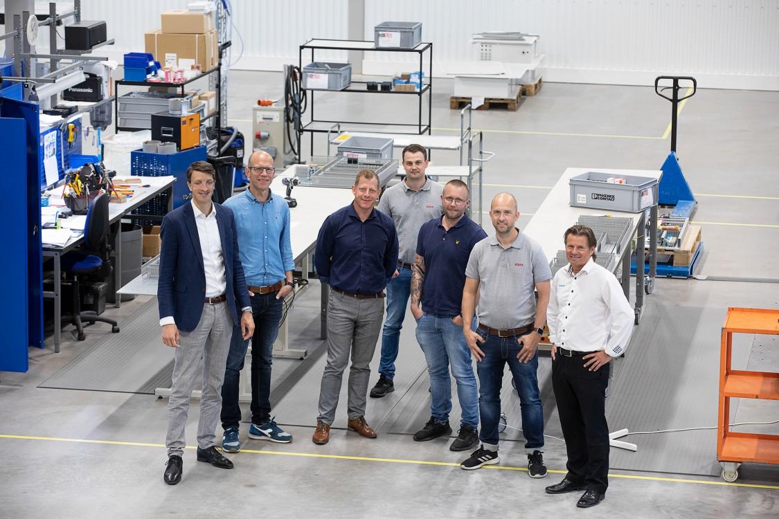 Martin Lindstedt, försäljningschef på Siemens, Christian Fischer, säljspecialist på Siemens, Daniel Bodewall, chef för affärsenheten Electrical Products på Siemens, Joel Hofgren, säljare på Elpro, Jesper Ottoson, vd på Elpro, Henrik Karlsson, marknads- och säljchef på Elpro, och Peter Henriksson, försäljningsingenjör på Siemens.