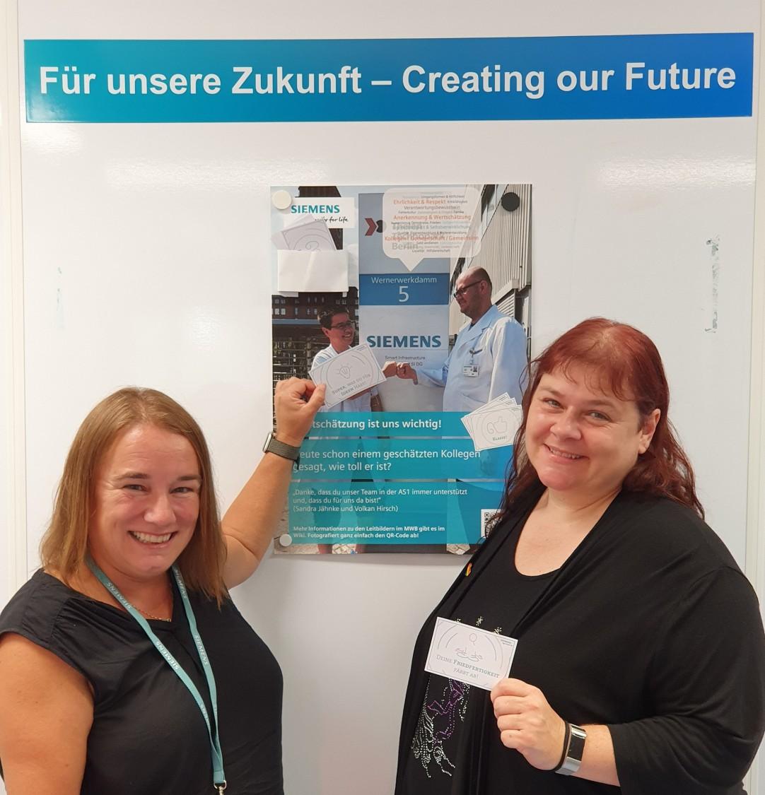 Die Initiatorinnen der Posteraktion: Anja Mack (links) und Tanja Schmettlach.