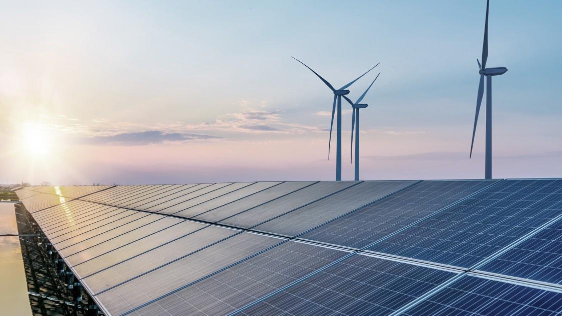 Aurinkopaneeleja ja tuulimyllyjä