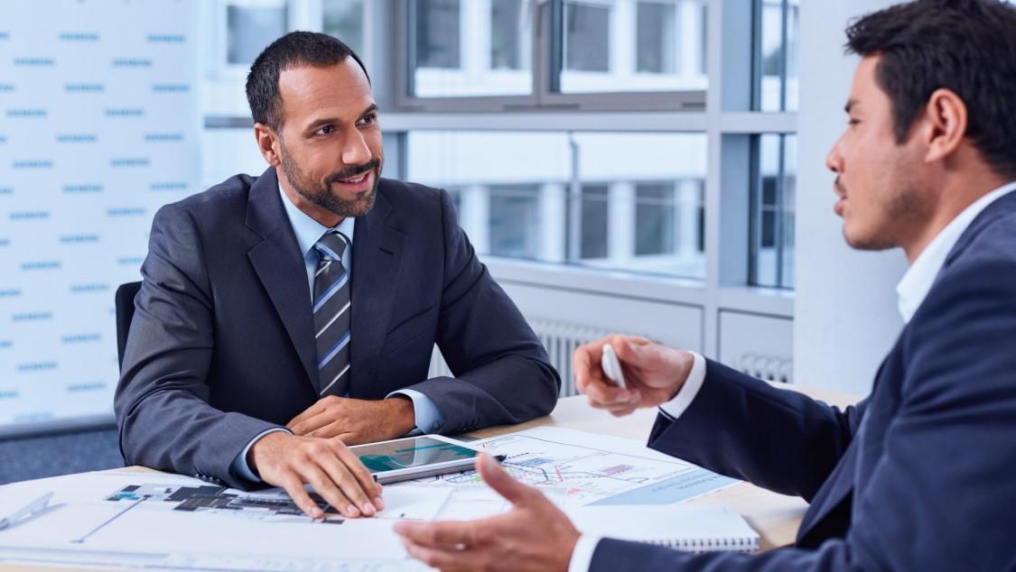 Zwei Experten bei einem Finanzierungsgespräch
