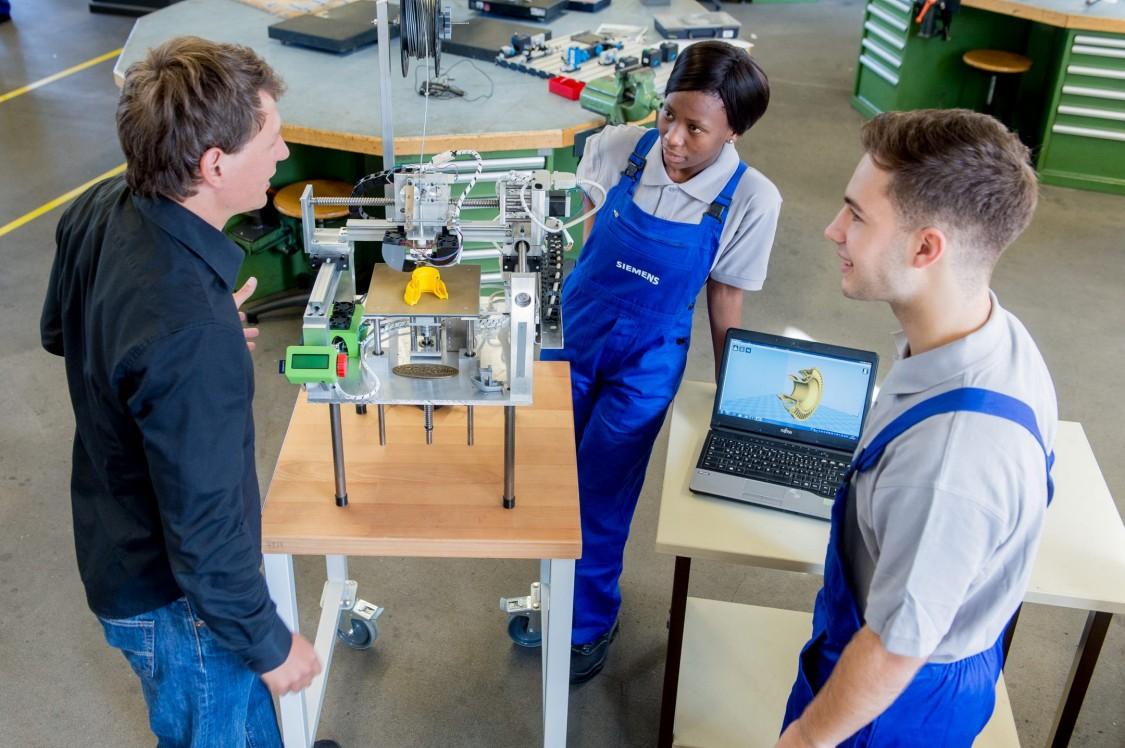 Junge Leute beim Praktikum bei Siemens