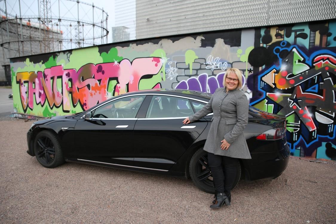 Terhi Hirvikorpi ja hänen Tesla Model S.