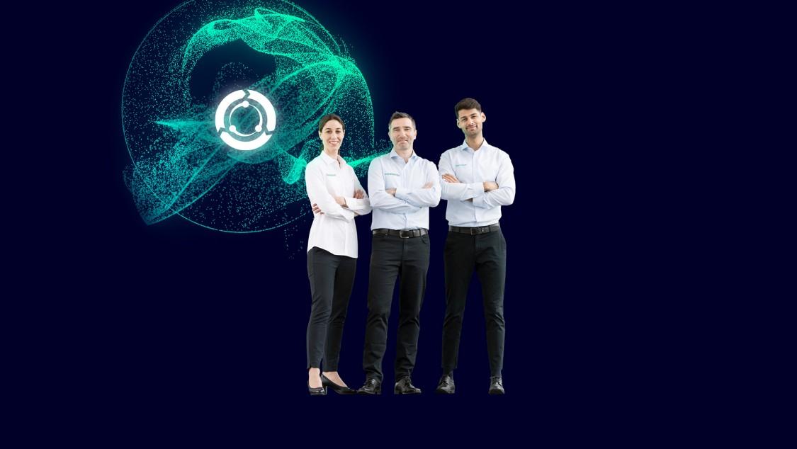 Eine Frau und zwei Männer stehen in einem Raum, um sie herum drei stilisierte digitale Ringe, die für hohe Anlagenverfügbarkeit stehen.