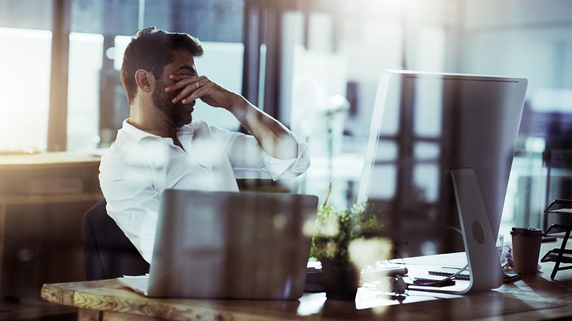 Un jeune homme d'affaires à la recherche de stress tout en travaillant tard dans le bureau.