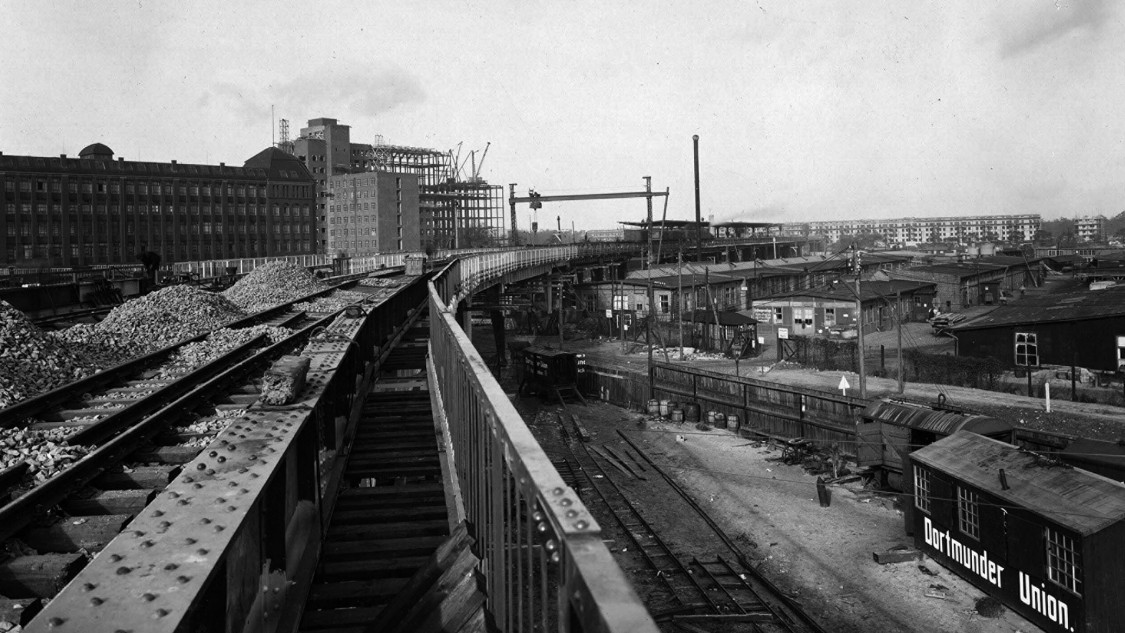 Building the viaduct: Entering the Wernerwerk station from the direction of Jungfernheide. The new Wernerwerk X is under construction in the left background.
