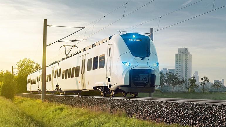Auf Effizienz fokussiert: Der Mireo Smart fährt als Regionalzug im Nahverkehr durch eine Landschaft.