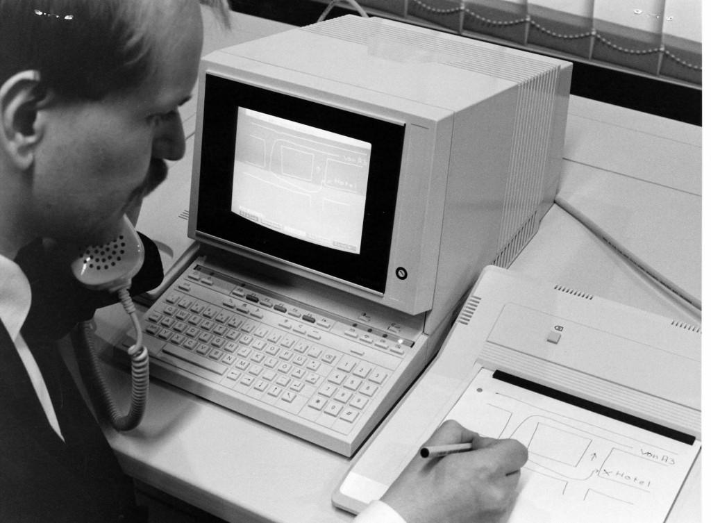 Eine Person vor einem Computer