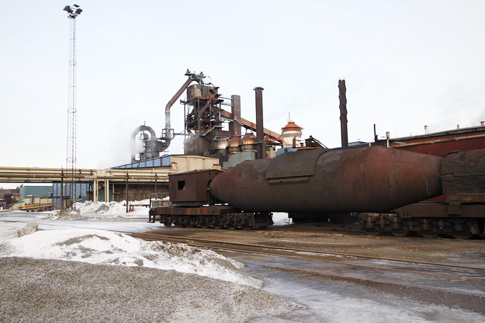 """Loken transporterar 600 ton tunga järntorpeder, """"cigarrer"""" med 1 500-gradigt smält råjärn som ska bearbetas till stål, från masugnen till stålverket samt restprodukter – slaggskänk – till slaggtippen."""