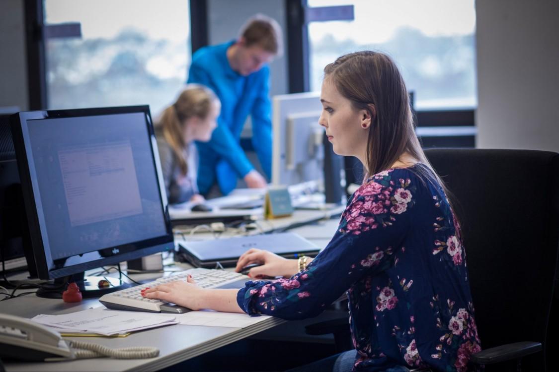 Yasmin arbeitet an ihrem Schreibtisch
