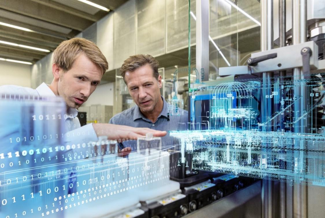 Dva pracovníci ovládající výrobní stroj s grafickými prvky digitalizační technologie CloudConnect