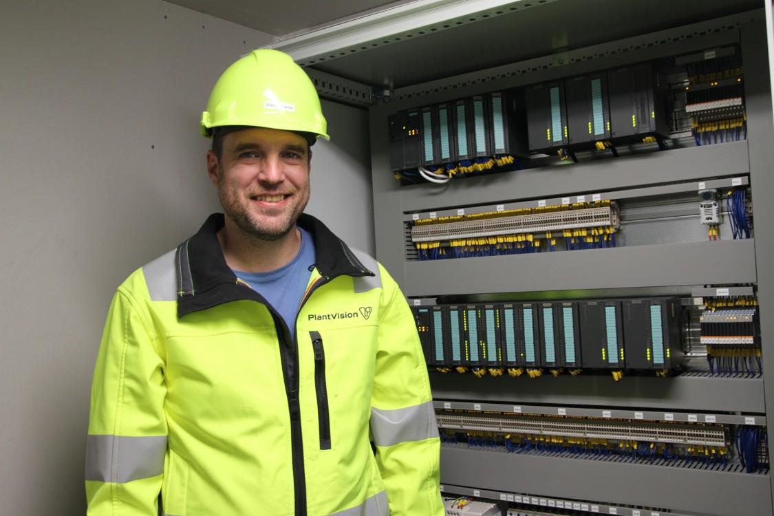 Givare, ventiler och pumpar på lastplatsen går till korskopplingsskåpet som nu är prydligt, luftigt och fint – och dokumenterat. Härifrån går kommunikationen via Profinet till ställverket och CPU:n. All el- och automationskonstruktion är ritad i Comos.