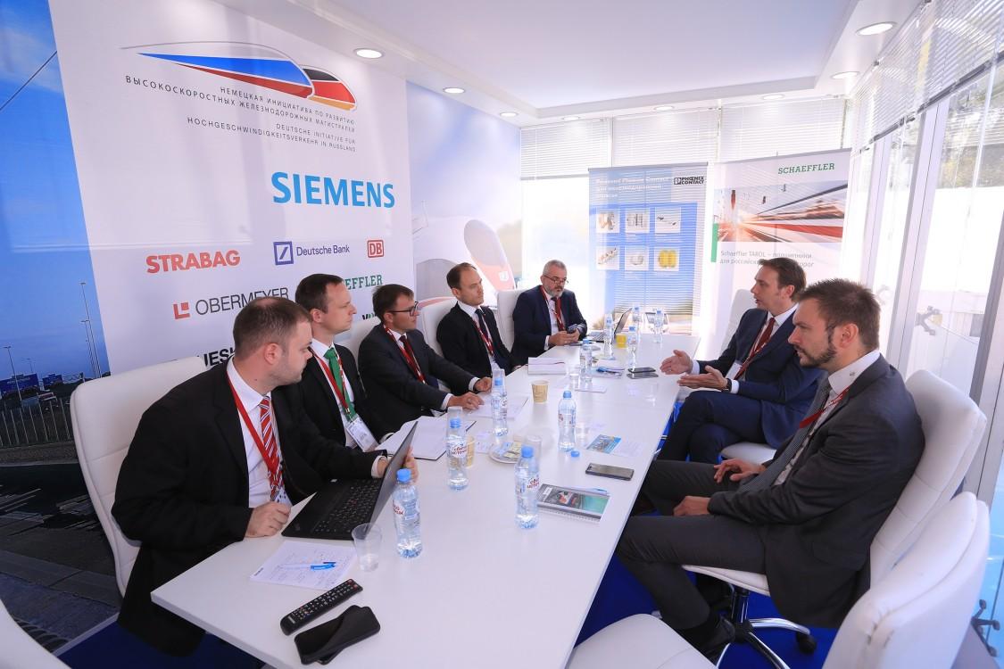 «Российские железные дороги» и «Немецкая инициатива по развитию высокоскоростных железнодорожных магистралей в России», участником которой является «Сименс», подписали меморандум о сотрудничестве по проекту ВСМ Москва – Санкт-Петербург: