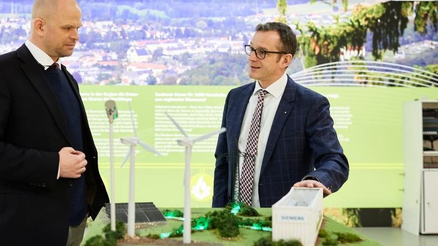 Marco Krasser, Geschäftsführer der SWW Wunsiedel GmbH, erläutert am Modell, wie das System in Wunsiedel funktioniert.