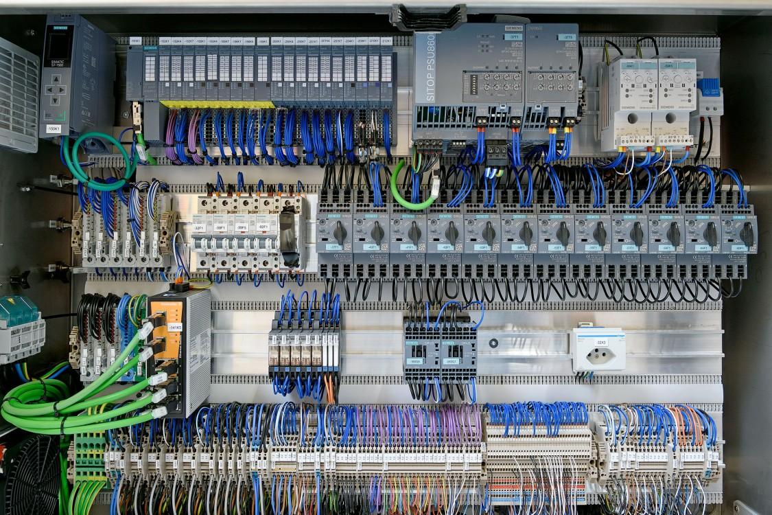 Swiss Can Machinery setzt auf Technik von Siemens – von der Steuerung (Simatic S7-1500) über die Schalttechnik (Sirius) bis zur Stromversorgung (Sitop)