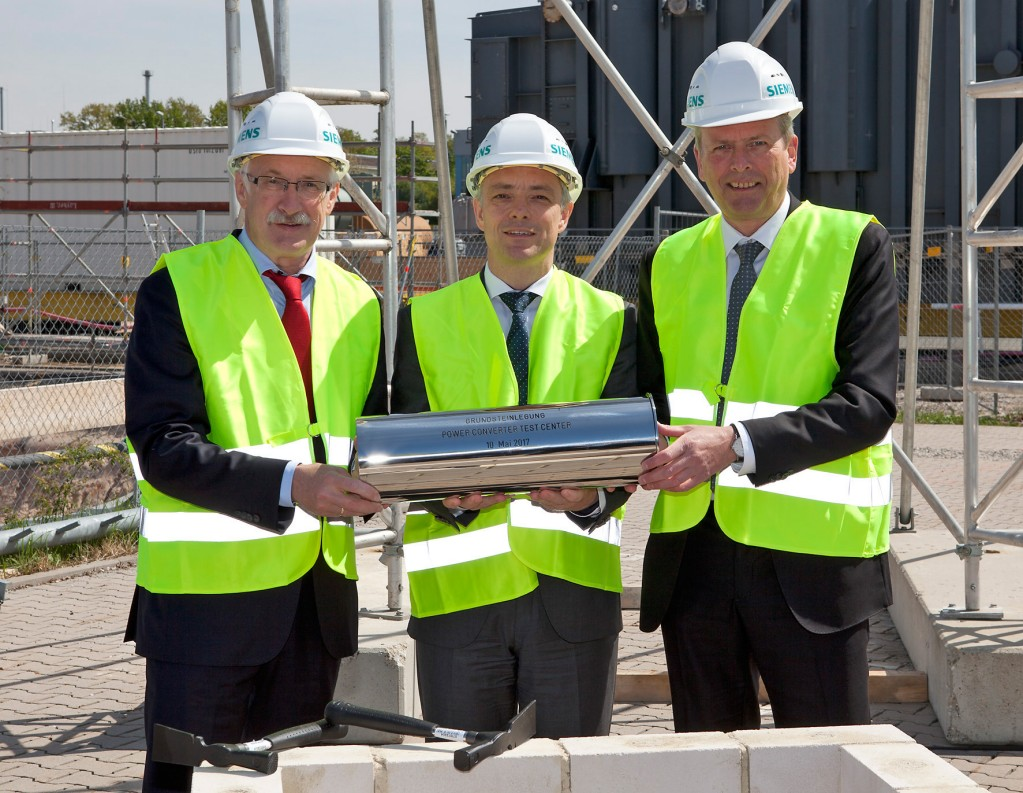 Günter Willbold, Siemens Real Estate, Mirco Düsel, CEO of the Siemens Transmission Solutions Business Unit, and Mayor Ulrich Maly (from left to right)