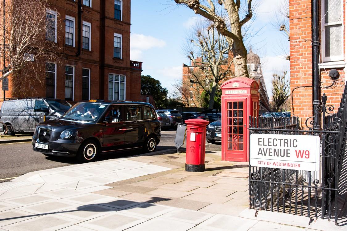 """Sutherland Avenue in London ist die erste vollständig zur """"Elektrostraße"""" umgerüstete Wohnstraße Großbritanniens. Elektrofahrzeuge können mit Technik von Siemens an Straßenlaternen aufgeladen werden"""