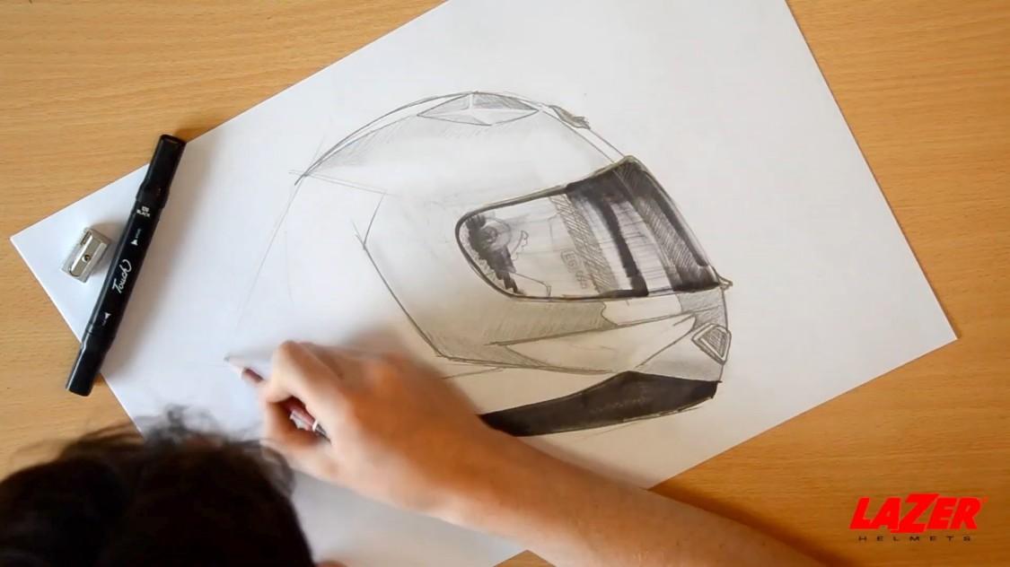 Aurélien Lemère, responsable de la conception, esquisse au crayon un nouveau modèle de casque