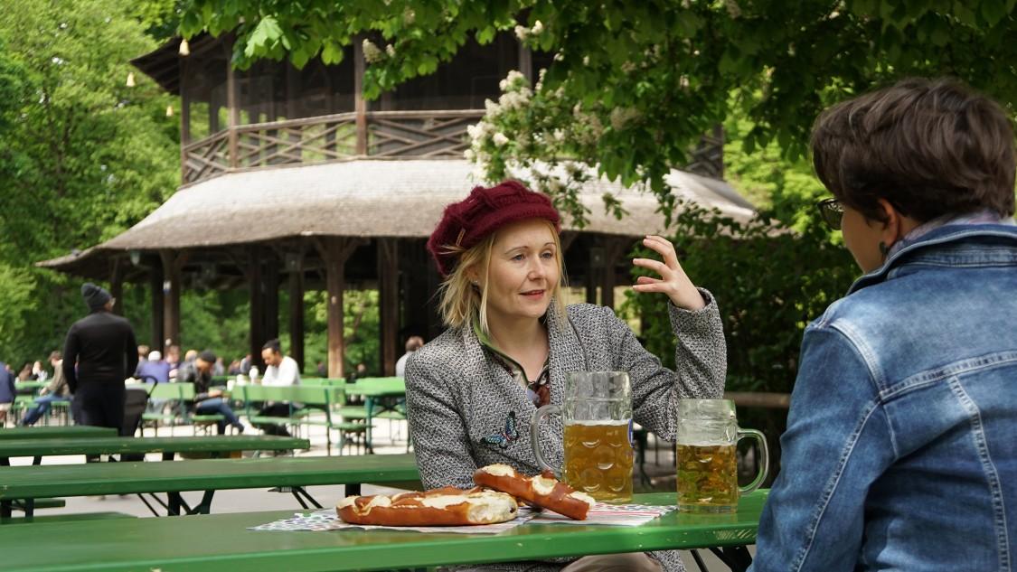 rebecca johnson, especialista em inteligência artificial, durante entrevista em uma cervejaria no centro de Munique