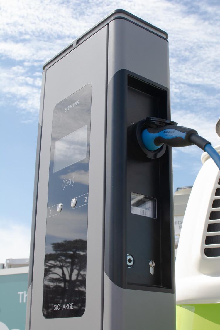 Ilustracja przedstawia stację ładowania pojazdów firmy Siemens