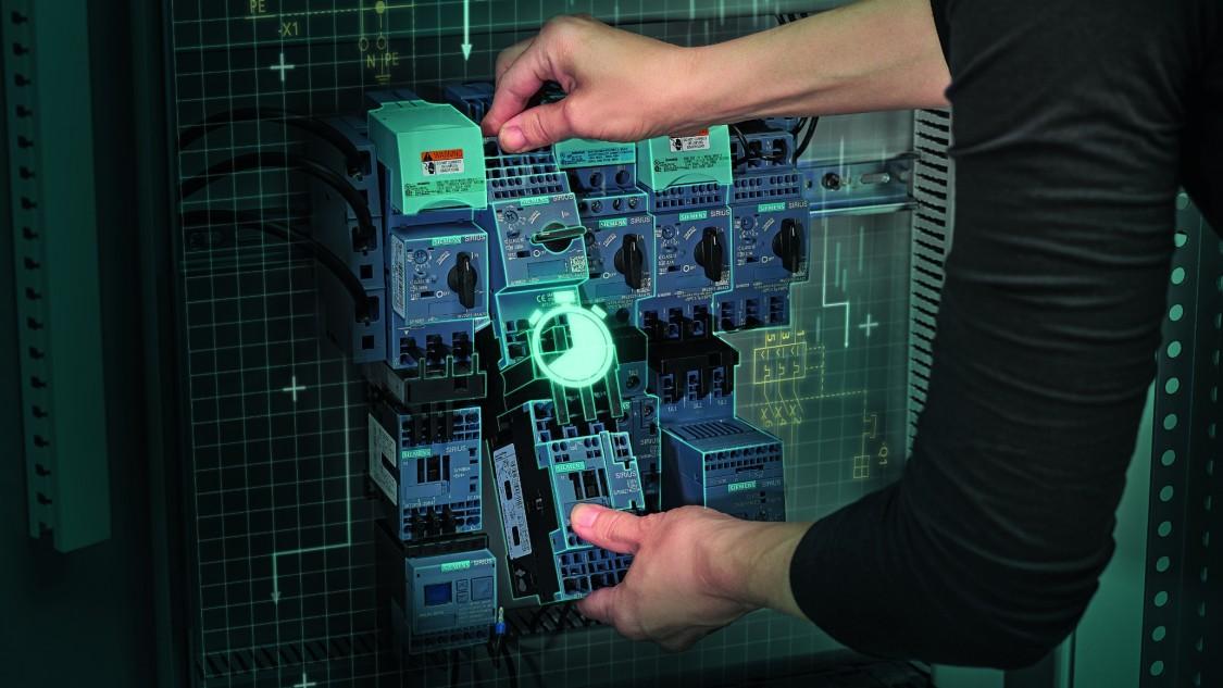 Siemens-Komponenten werden auf das Einspeisesystem 3RV29 gesteckt.