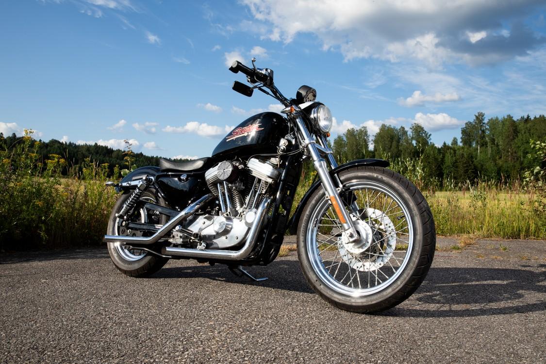 Merjan moottoripyörä on Harley Davidson Sportster 883 vuosimallia 2000.