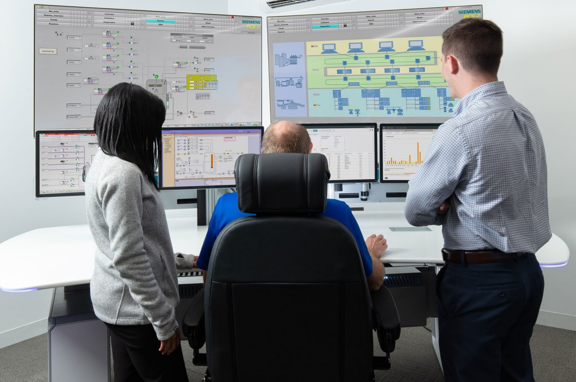 USA - C.B. Moore Solutions Center operator console running SIMATIC PCS 7, SIMIT Simulation Platform and digitalization apps