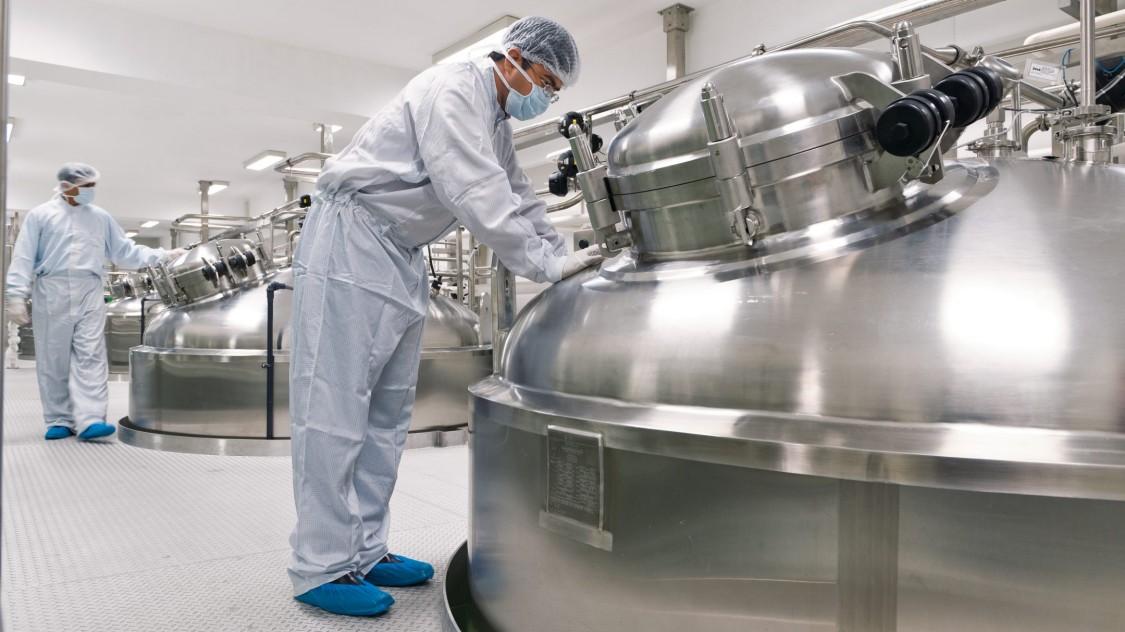 Chemische APIs werden durch komplexe Prozesse in Mehrzweckreaktoren hergestellt und durch Extraktion, Kristallisation und Filtration isoliert. Dann werden sie getrocknet, gemahlen und gemischt.