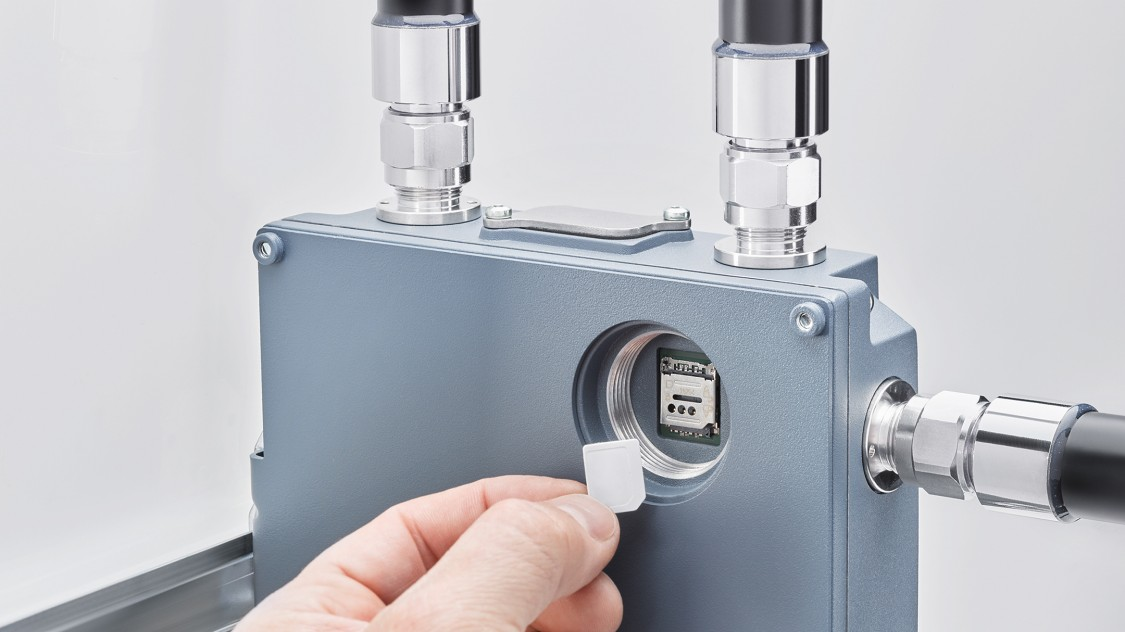 SCALANCE MUM856-1 with angled DIN Rail adapter and open SIM card slot