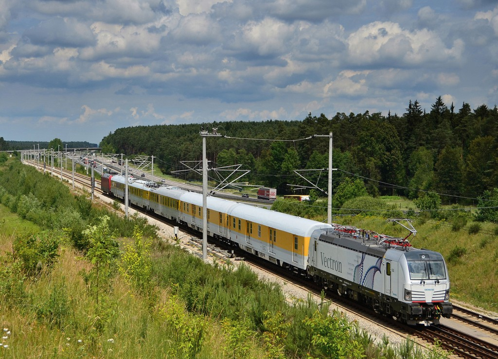 The photo shows the Vectron MS multi-system variant during a test trip on the Nuremberg-Ingolstadt high speed railway line in June 2011.