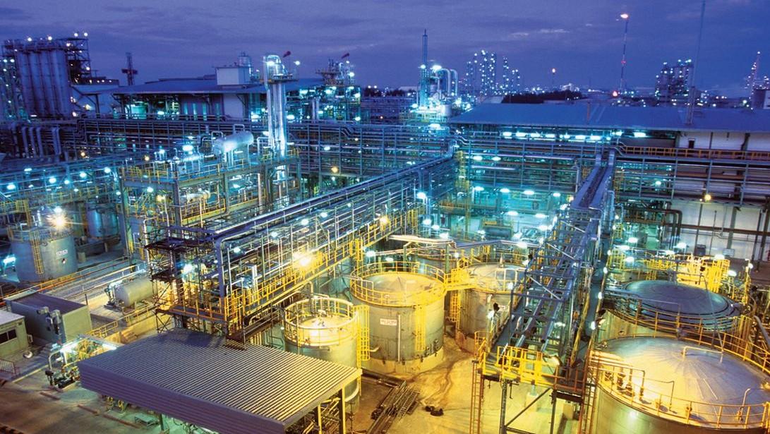 Bayer Chemiefabrik bei Nacht