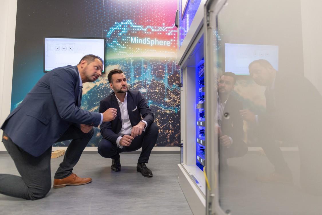 Ricardo Radowski, Director Business Development, Rexel Germany, and Roland Wagner, Siemens, in the REXEL Germany Showroom