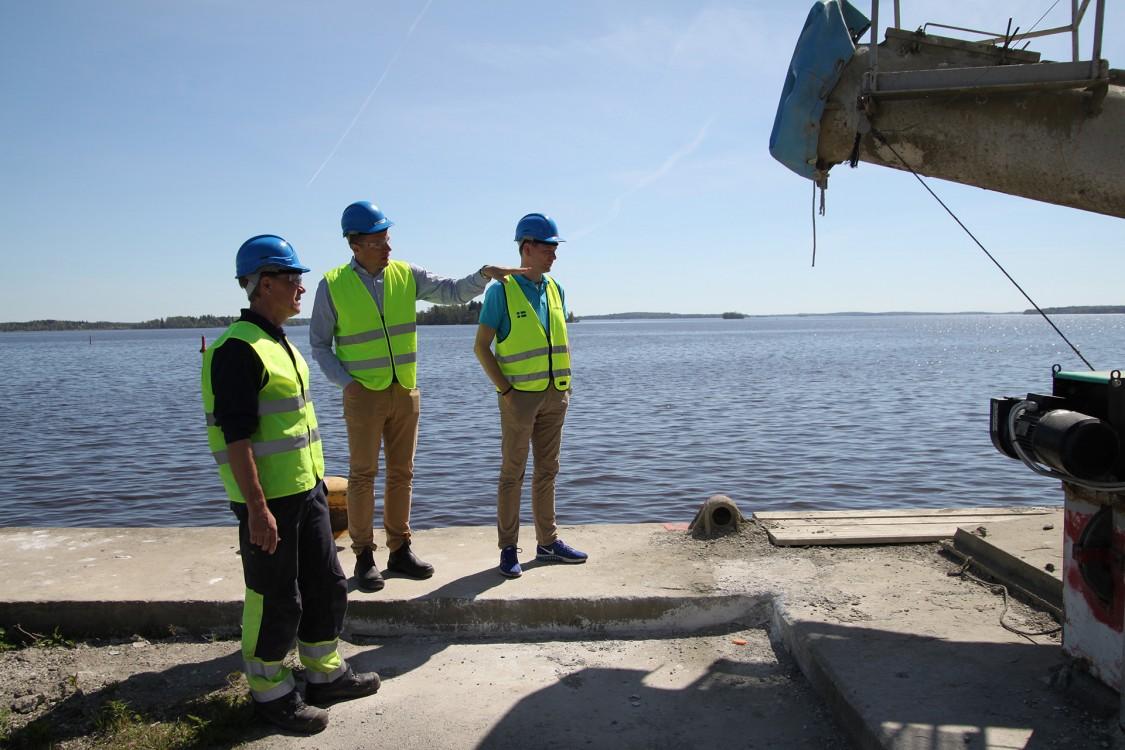 Christopher Elg, konstruktör på Limhamns Industriservice, Martin Ekstrand, logistikchef på Cementa, och Magnus Åberg, försäljningsingenjör på Siemens, vid inlastningen i Västerås där fartyg lastar av cement till depåanläggningen.