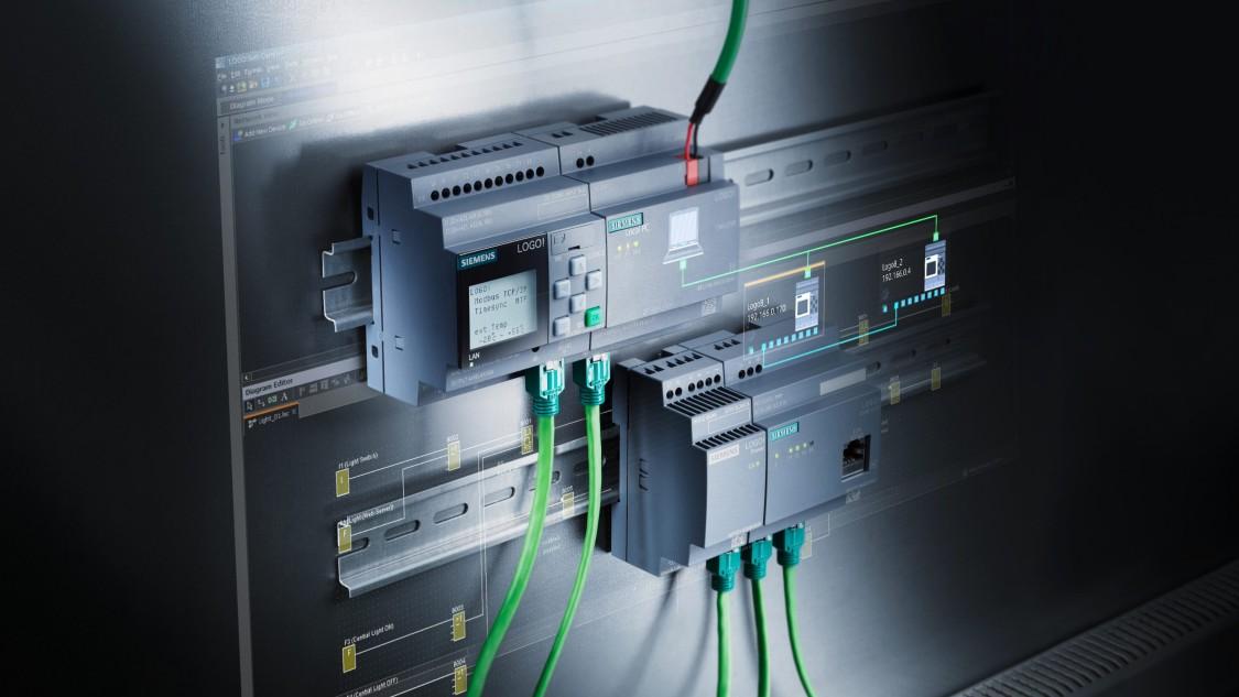 módulo lógico da siemens conectado em maquinário com cabos de rede na cor verde