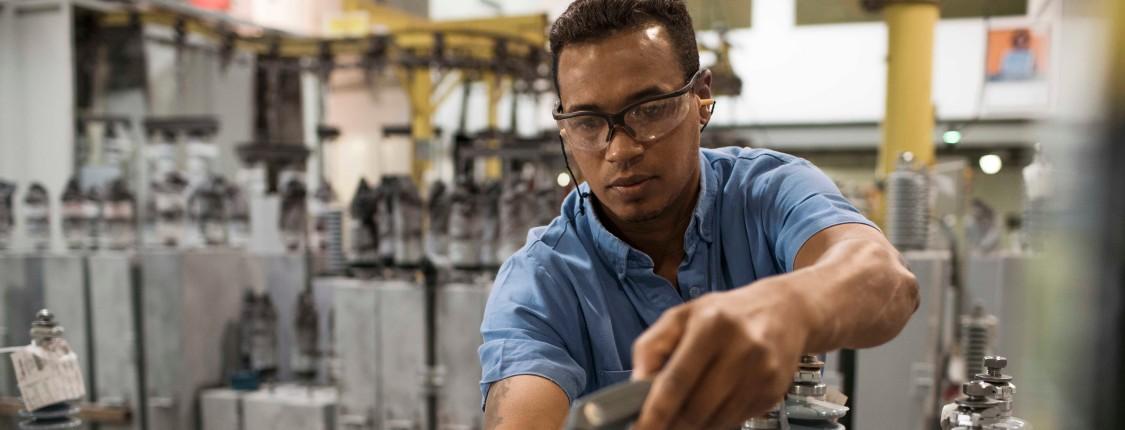 Siemens-Mitarbeiter in einem technischen Umfeld