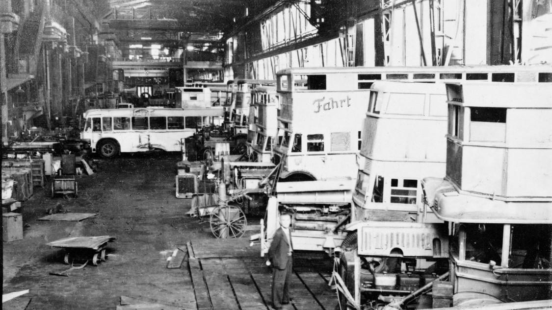 In der demontierten Montagehalle werden im ersten Nachkriegsjahr Fahrzeuge des öffentlichen Nahverkehrs repariert. 1947 erhält die Turbinenfabrik die Genehmigung zur Wiederaufnahme der Stammfertigung