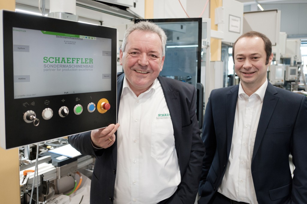 Digitalization champions in Schaeffler's special machinery department: Holger Auernheimer (left), Stefan Soutschek (right)
