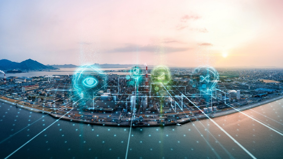 Blick auf eine Industrieanlage auf einer Insel von Wasser umrandet, über der die Vorteile der SINEC Softwarefamilie als digitale Grafikelemente erscheinen.