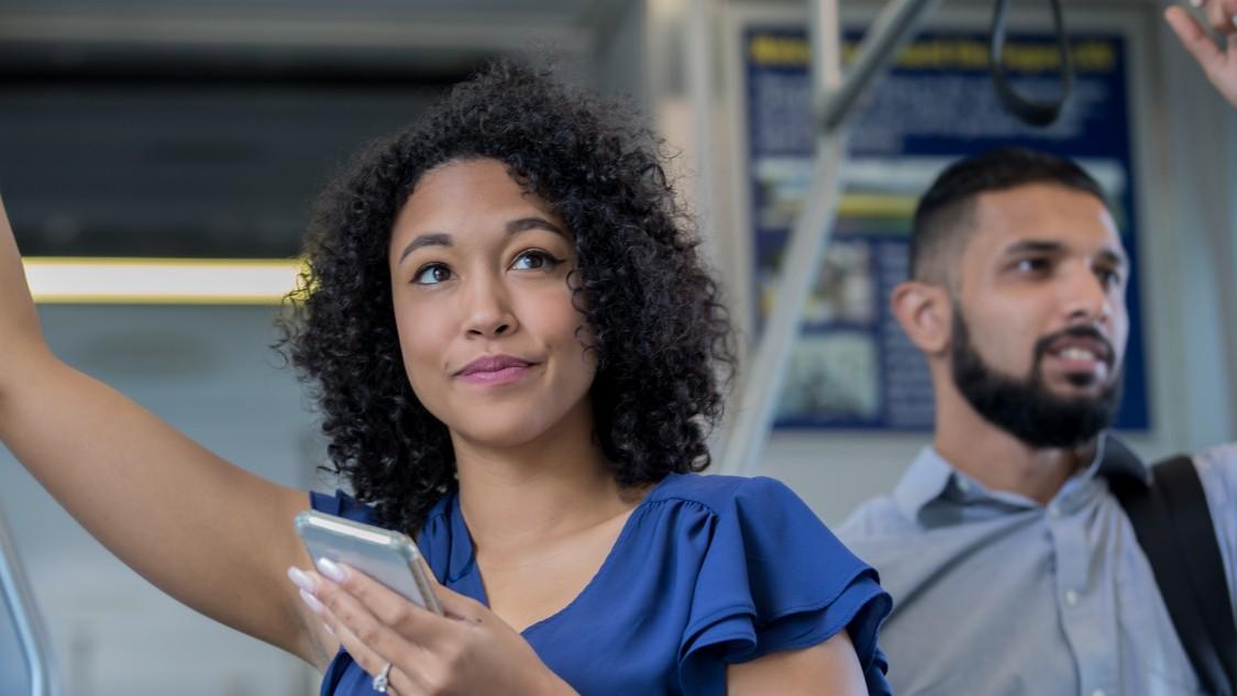 Femmes s'appuyant sur un balcon avec téléphone