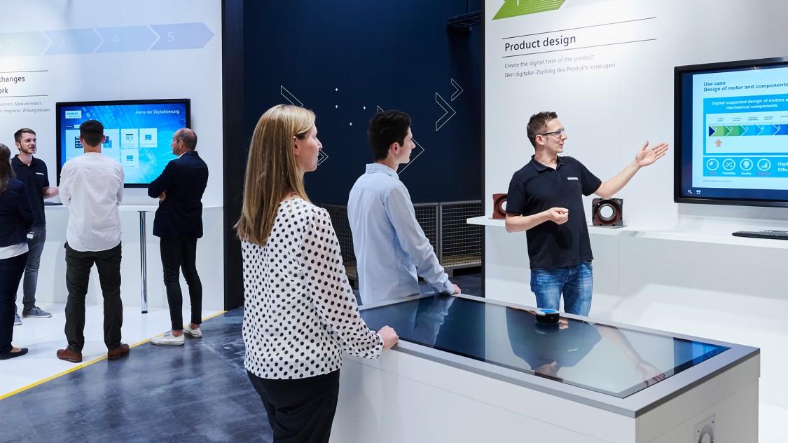 Persönliche Betreuung an den Stationen in der Arena der Digitalisierung