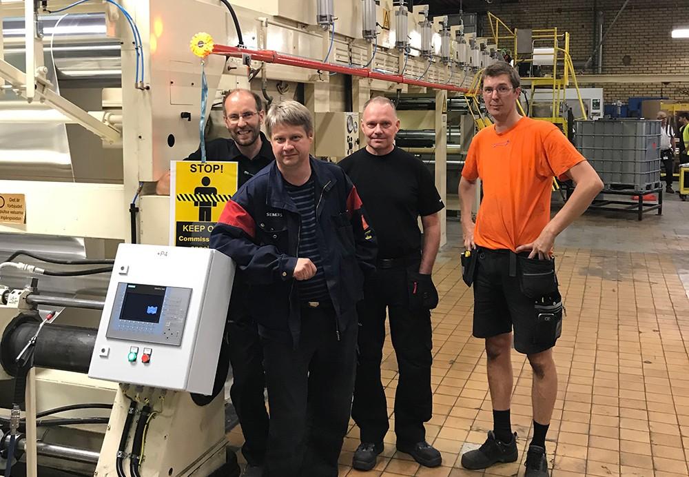 Björn Forsén, projektingenjör på Siemens, Fredrik Svennberg, Senior Engineer Metals Tehnlology på Siemens och arkitekten på systemlösningen, Tomas Karlsson, serviceingenjör på Siemens, och Thomas Persson, operatör på Skultuna Induflex, under den lyckosamma idriftsättningen.