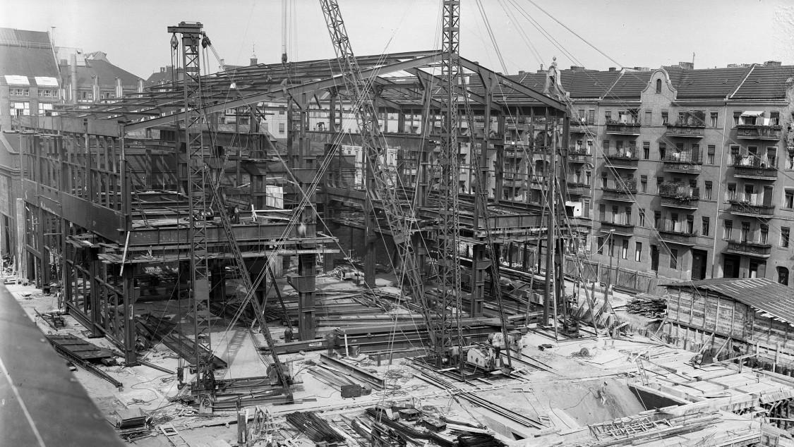 Durch dieses Vorgehen können, vom Baugeschehen zunächst nicht beeinträchtigt, nach wie vor Turbinen und Generatoren hergestellt werden. (Foto 1939)