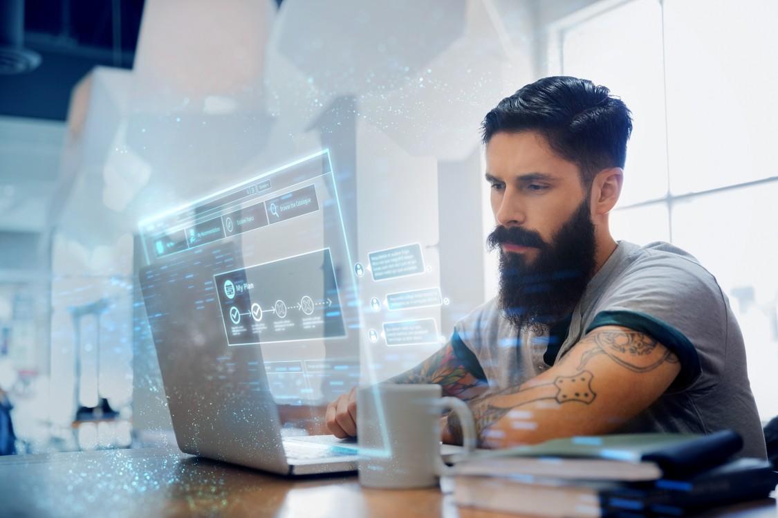 Ein User verwendet die digitale Lernplattform von SITRAIN access