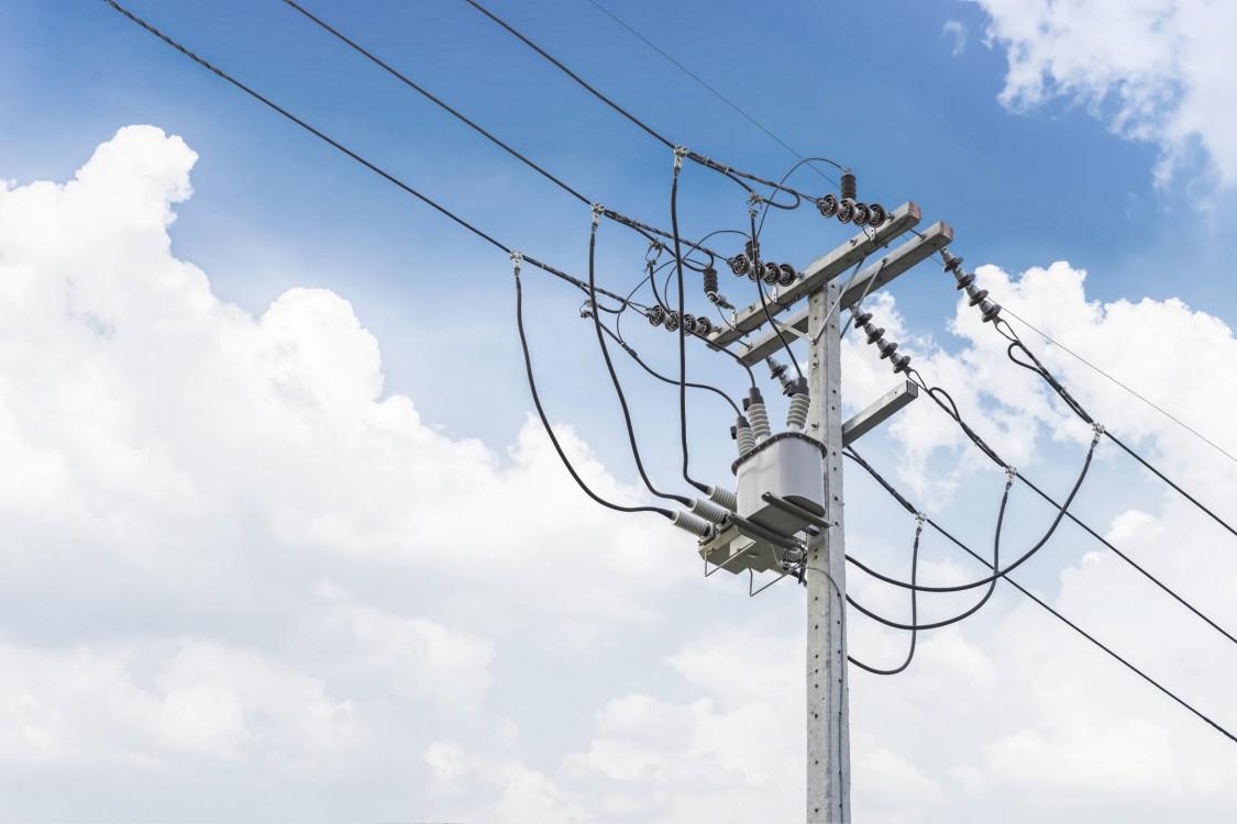 Strommast mit Stromleitungen