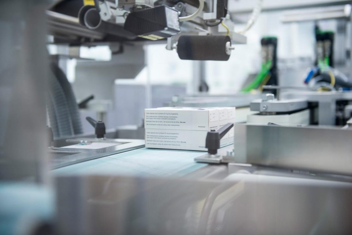 Verpackungslinien sind üblicherweise hochautomatisierte Anlagen, die das fertige Produkt zusammen mit der vorgeschriebenen Packungsbeilage in die primäre, sekundäre und tertiäre Verpackung bringen.